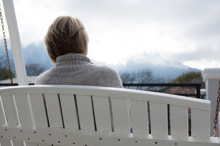 【女性も注意】年齢による薄毛は止められる?壮年性脱毛症の原因と治療法を徹底解説!