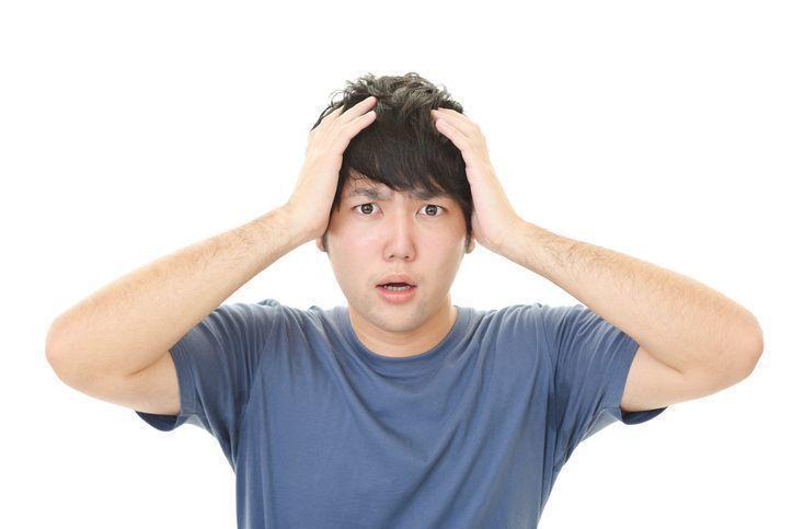 【女性も注意】若くても薄毛になる原因は?若年性脱毛症の治療法を解説!