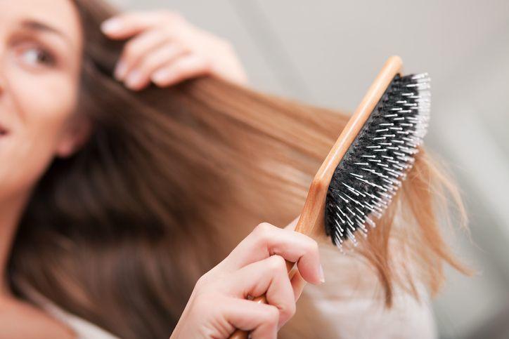 湯シャン 櫛やヘアブラシで髪をとかす