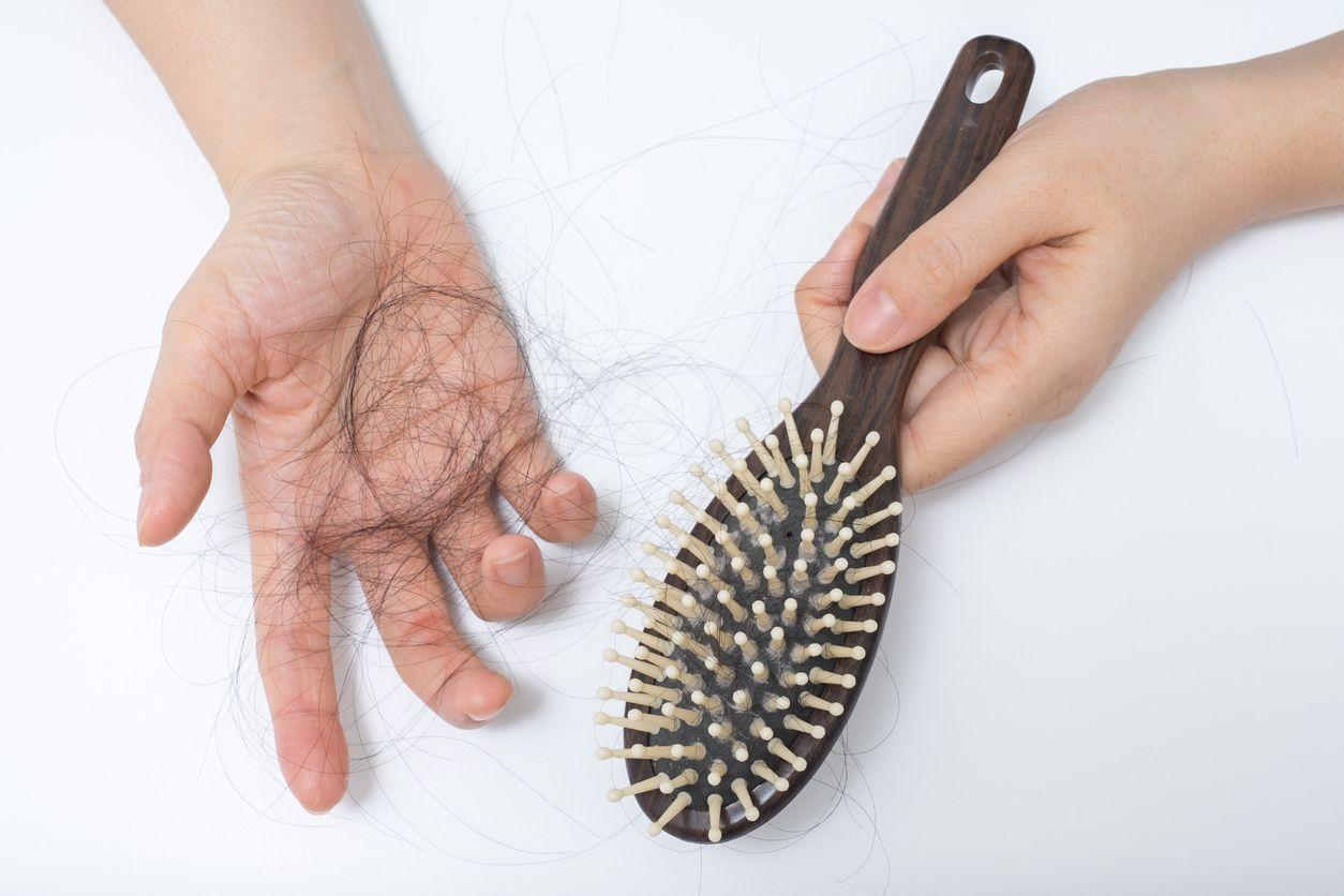 育毛剤 クシやブラシを使って、ゴミやフケを落とす