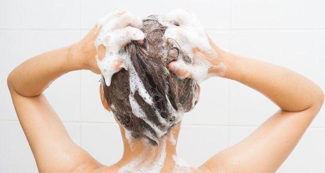 シャンプー STEP2.後頭部にシャンプーをつけ、毛髪を包み込むように洗う