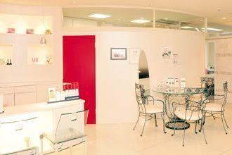 モダンな空間にアンティーク調の家具が融合した院内。
