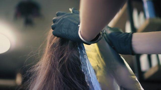 髪型 ヘアカラーやパーマが髪の毛を傷める理由とは?
