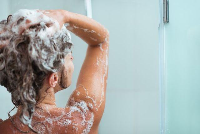 抜け毛 正しいシャンプー法で髪を洗う